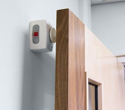 Agrippa door holder - white holder positionned on fire door